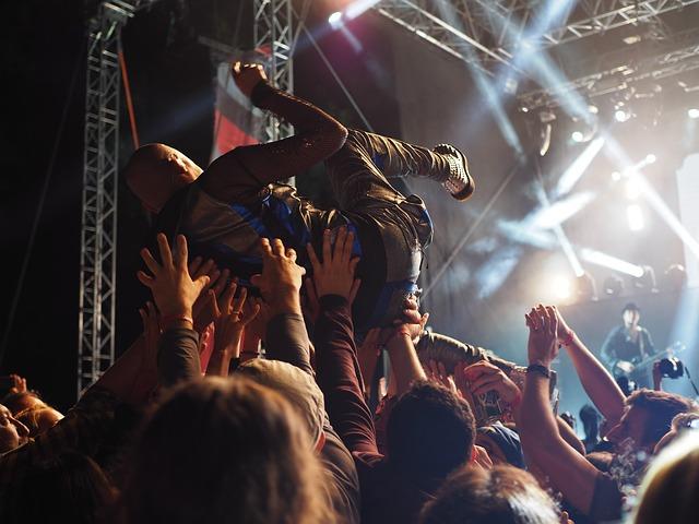zpěvák na rukou
