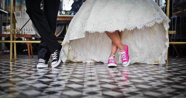 novomanželé v teniskách