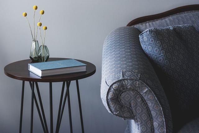 stoleček u gauče.jpg