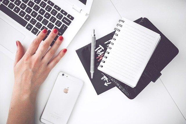 ruka ženy na klávesnici.jpg