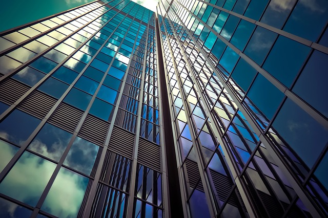 mrakodrap z prosklených fasád.jpg