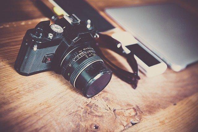 fotoaparát s objektivem