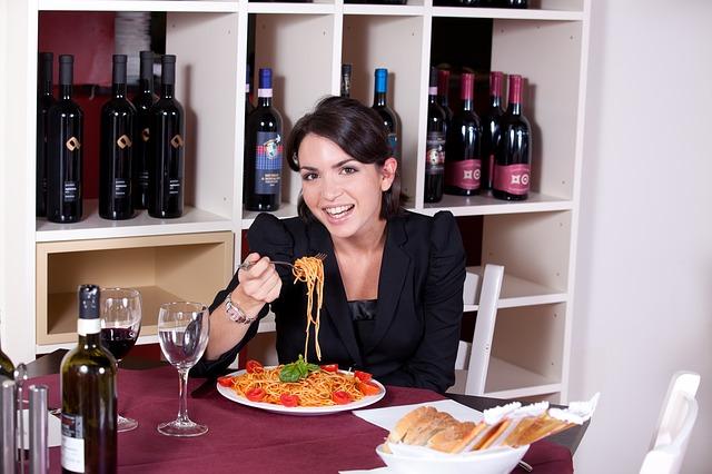 žena se špagetami