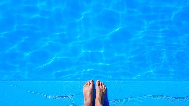 nohy u bazénu